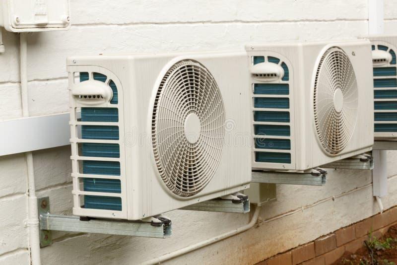 Unità di condizionamento d'aria bianche stagionate montate sulla casa esteriore W fotografia stock libera da diritti