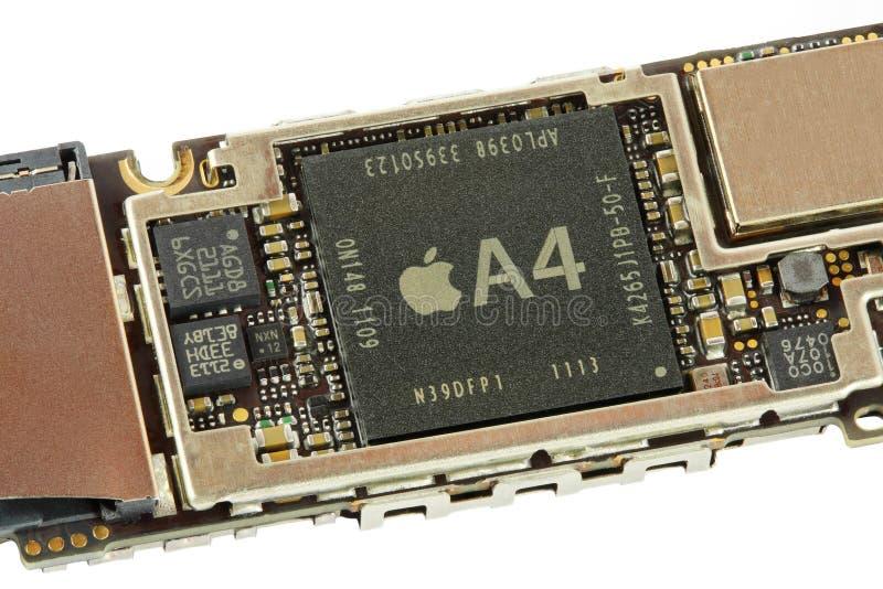 Unità di elaborazione di Apple A4 su una scheda madre di Iphone 4G fotografie stock