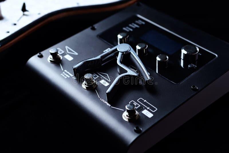 Unità di elaborazione di Multieffects per la chitarra elettrica su fondo nero fotografia stock