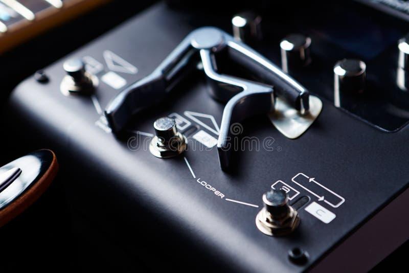 Unità di elaborazione di Multieffects per la chitarra elettrica su fondo nero fotografie stock