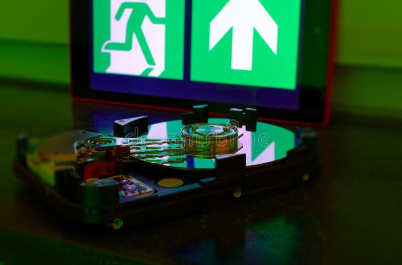 Unité de disque dur avec un signe de sortie de secours d'illustrer des filtres de téléchargement et le téléchargement illégal des photos libres de droits