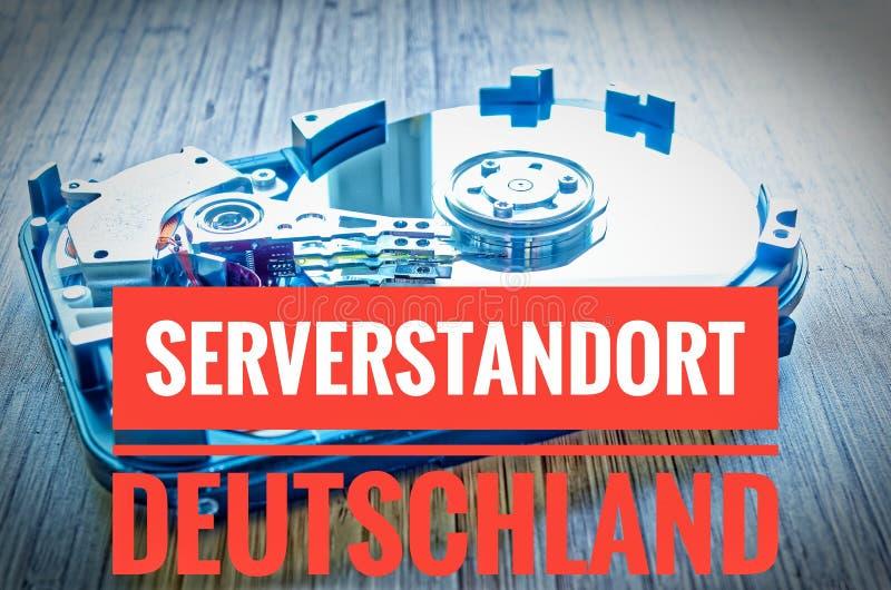 Unité de disque dur 3 5 pouces comme stockage de données avec la carte mère sur une table en bambou et en allemand Serverstandort image libre de droits