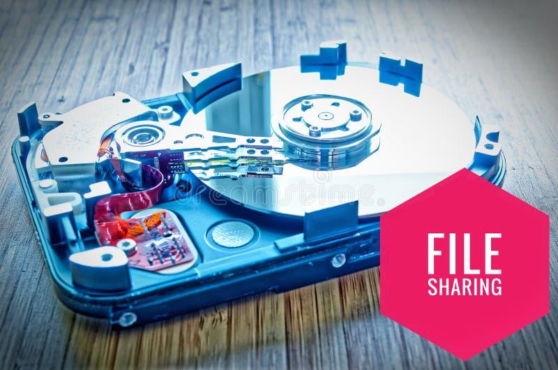 Unité de disque dur 3 5 pouces comme stockage de données avec la carte mère sur une table et un Filesharing en bambou photographie stock