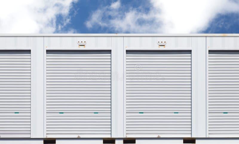 Unité de stockage blanche ou petit entrepôt pour la location image libre de droits