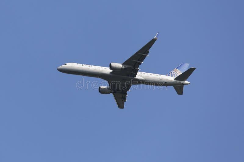 United Airlines Боинг 757 в небе Нью-Йорка перед приземляться на авиапорт JFK стоковые изображения