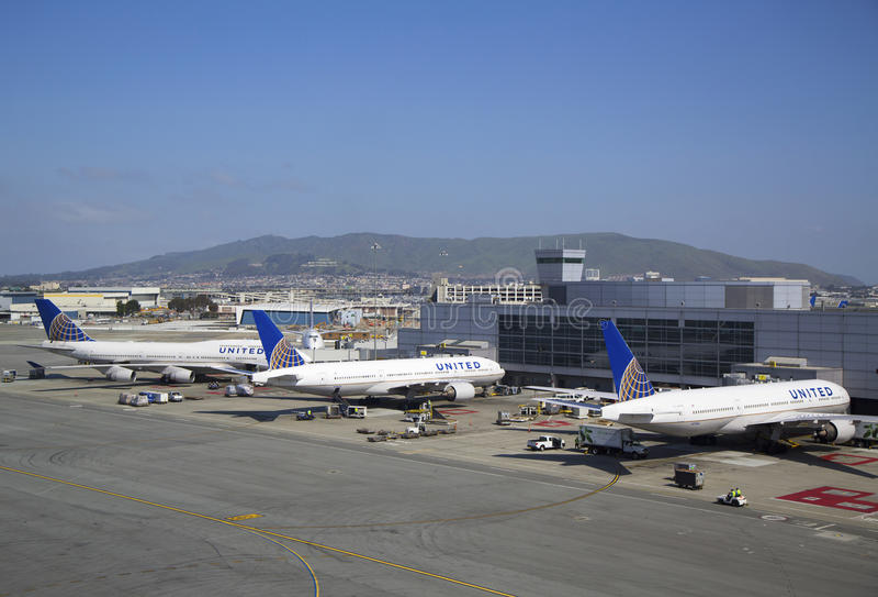 United Airlines acepilla en el terminal 3 en San Francisco International Airport foto de archivo libre de regalías