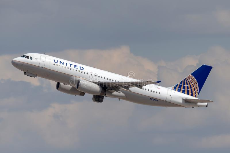 United Airlines Aerobus A320 samolotowy odjeżdżanie od McCarran lotniska międzynarodowego w Las Vegas obrazy royalty free