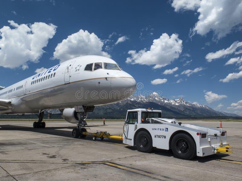 United Airlines B757, das an JAC gedrückt wird stockbilder