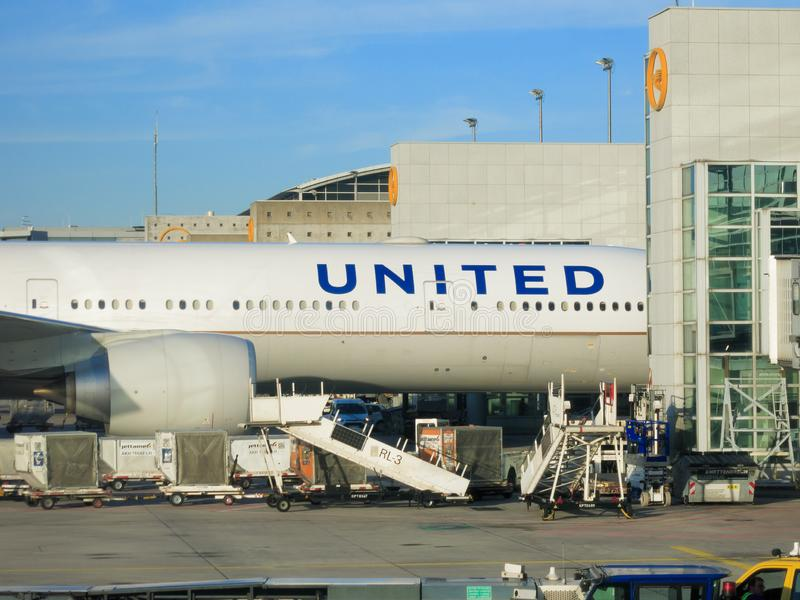 United Airlines Boeing 777 à la porte photo stock