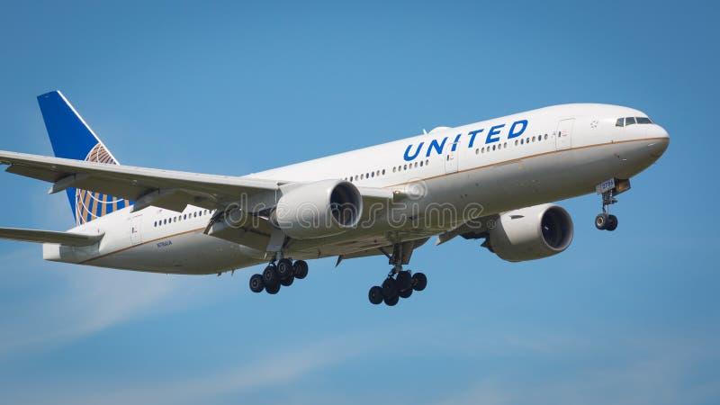 United Airlines Boeing 777-200 flygplan royaltyfria bilder