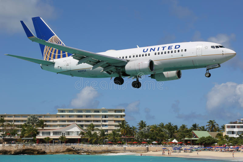 United Airlines Boeing 737-700 landende St Martin royalty-vrije stock afbeelding