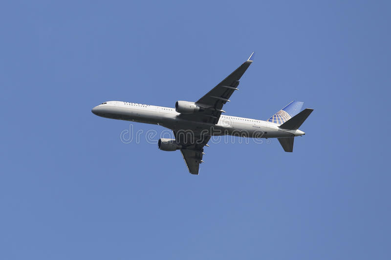 United Airlines Boeing 757 in New York sky before landing at JFK Airport stock images