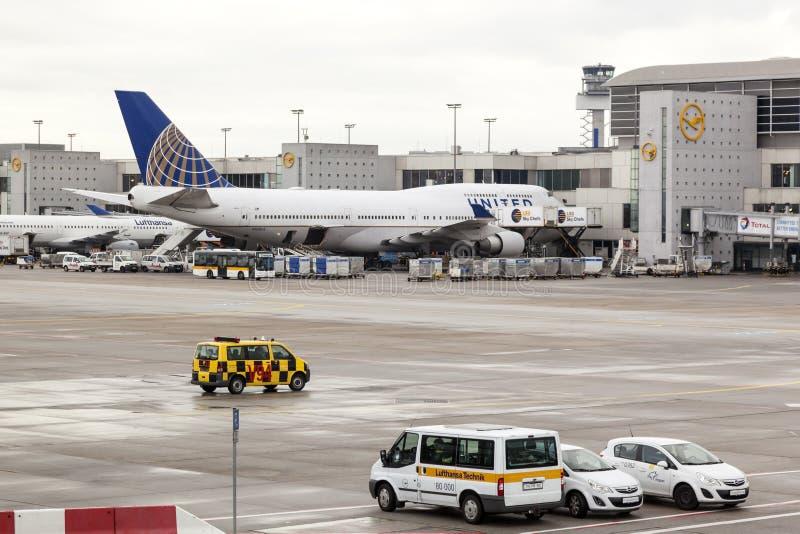 United Airlines Boeing 747 przy lotniskiem zdjęcie royalty free