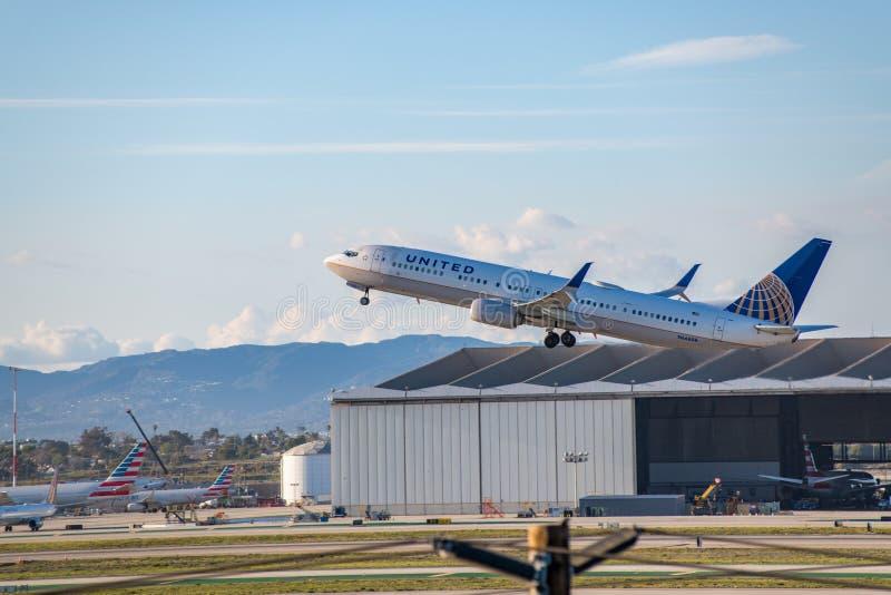 United Airlines Jet Takes Off al LASSISMO dell'aeroporto internazionale di Los Angeles fotografia stock