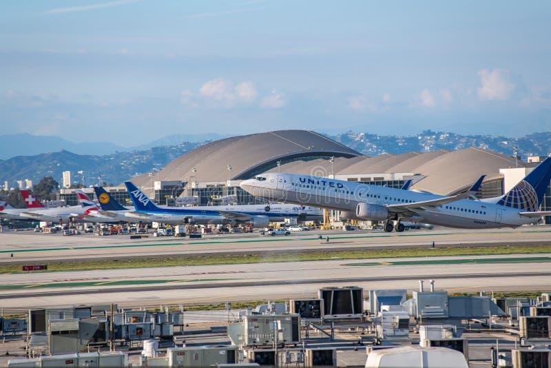 United Airlines Jet Takes Off på den SLAPPA Los Angeles internationella flygplatsen royaltyfria foton