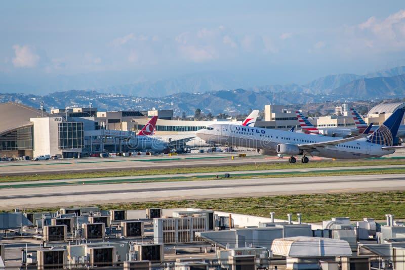 United Airlines Jet Takes Off på den SLAPPA Los Angeles internationella flygplatsen royaltyfria bilder