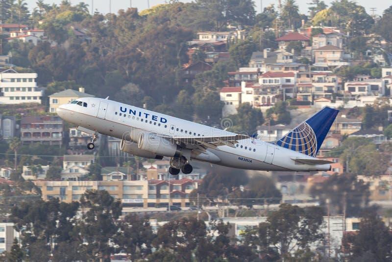 United Airlines-Luchtbus A319-131 N830UA het vertrekken San Diego International Airport royalty-vrije stock afbeeldingen