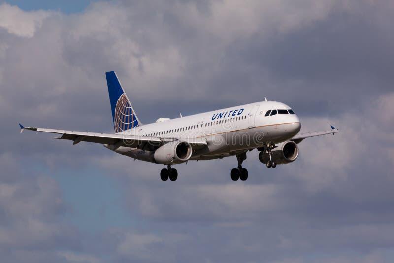 United Airlines-Luchtbusa320 vliegtuigen het landen stock fotografie