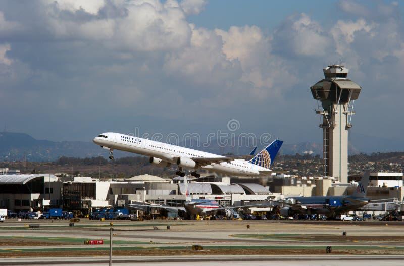United Airlines sprutar ut tar av arkivbilder