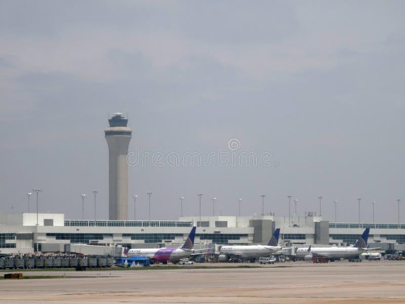 United Airlines-Vliegtuigen in Denver International Airport worden geparkeerd dat royalty-vrije stock foto