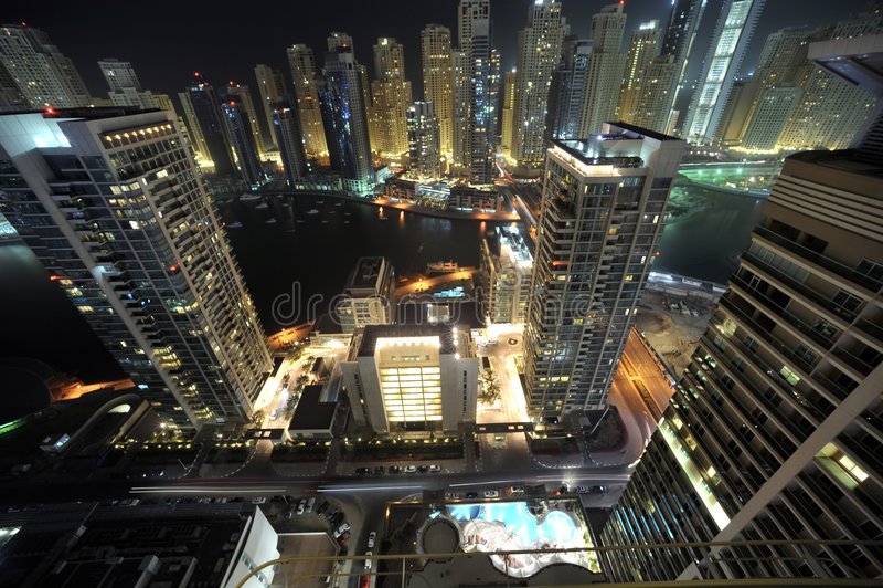 United Arab Emirates: Skyline de Dubai na noite imagens de stock