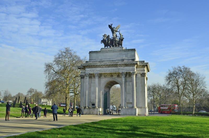 United Kingdom-London. London, United Kingdom - January 19th 2016: Unidentified people and traffic aroun d Wellington arch stock images