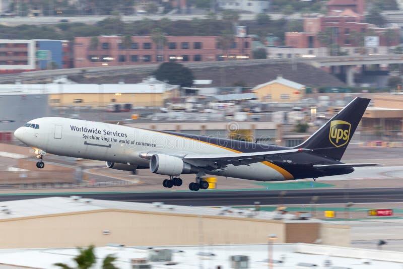 United Parcel Service UPS Boeing 767-34AF/ER N331UP San de salida Diego International Airport foto de archivo libre de regalías