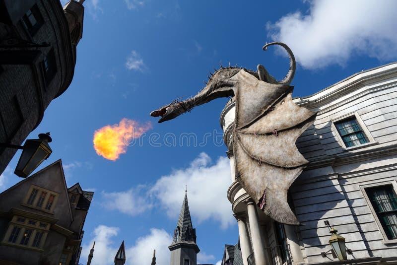 Universal Studios Wizarding värld av den Harry Potter draken ovanför den Gringotts banken royaltyfri foto