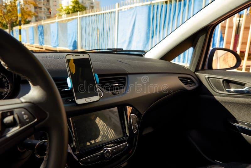 Universalberghalter f?r intelligente Telefone Armaturenbrett- oder Windschutzscheibenhalterklammer stockfotografie
