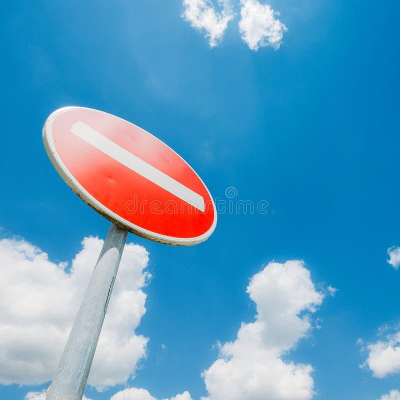 Universale non fornisca il segno, con lo spazio della copia ed il cielo blu immagini stock libere da diritti