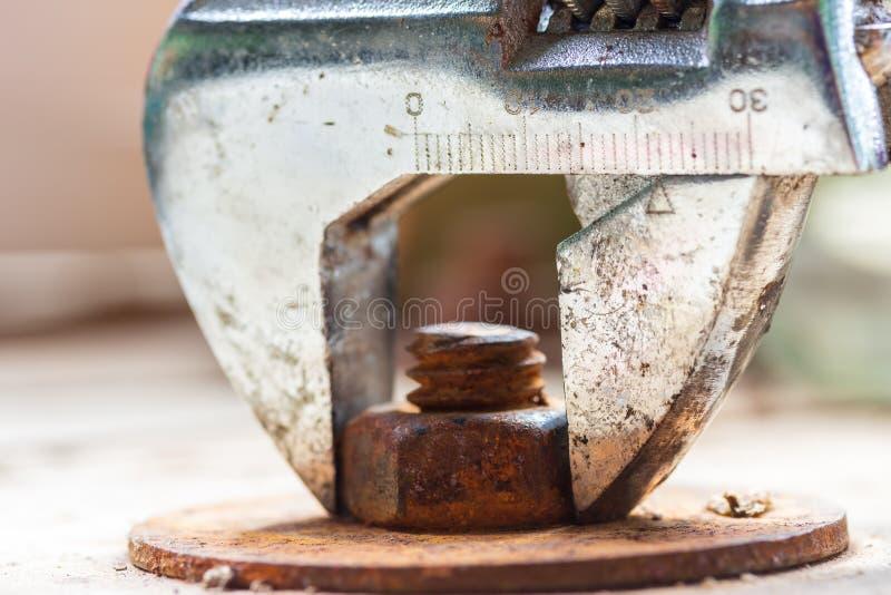 Universalschraubenschlüssel und alte Bolzenmutter lizenzfreie stockbilder