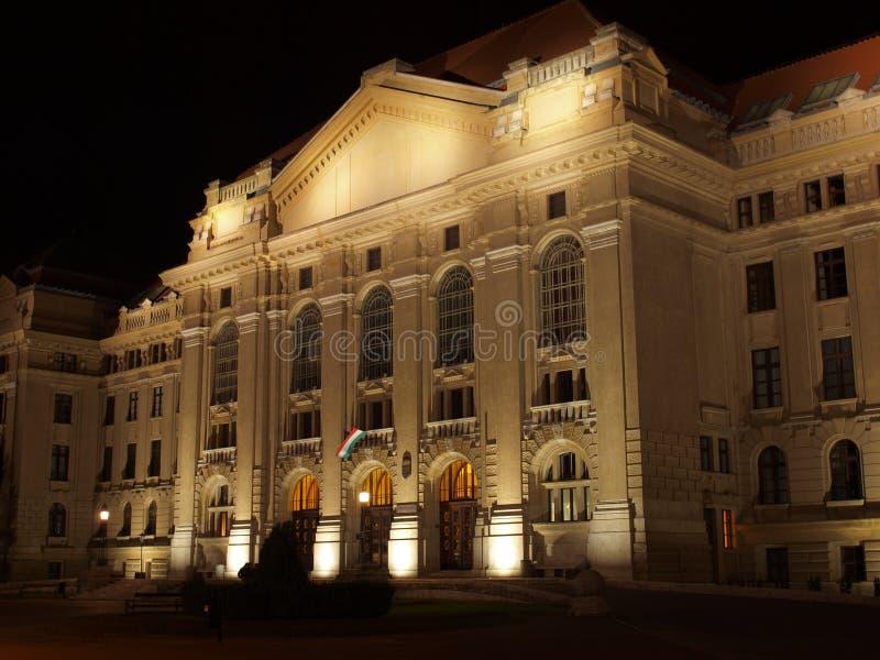 Universidad de Debrecen en la noche imágenes de archivo libres de regalías