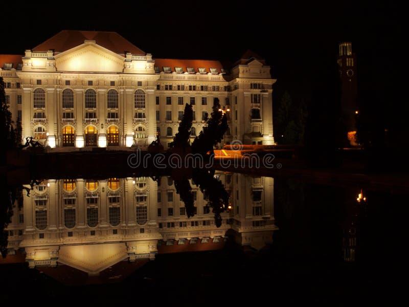 Universidad de Debrecen en la noche imagen de archivo libre de regalías
