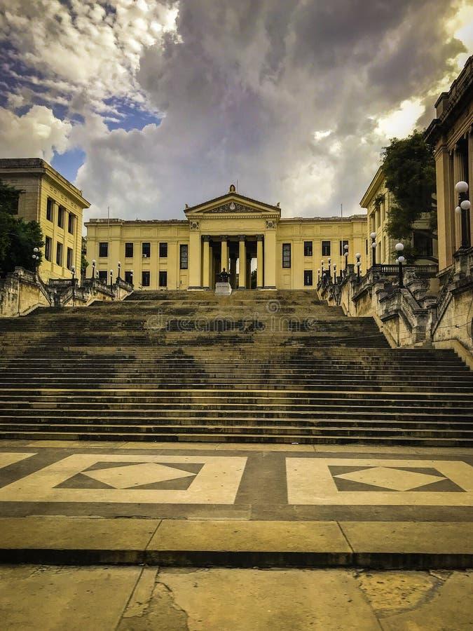 Universidad de La Habana con las nubes fotografía de archivo