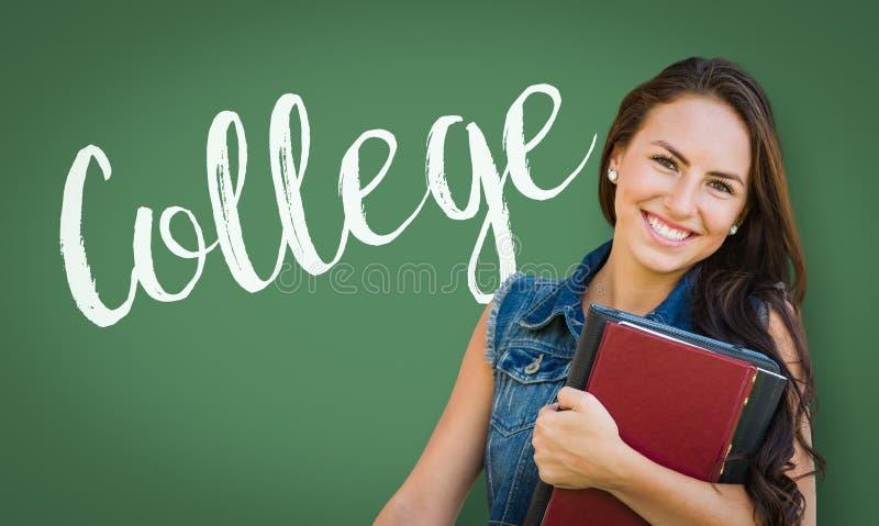 Universidad escrita en el tablero de tiza detrás del estudiante de la chica joven de la raza mixta fotografía de archivo