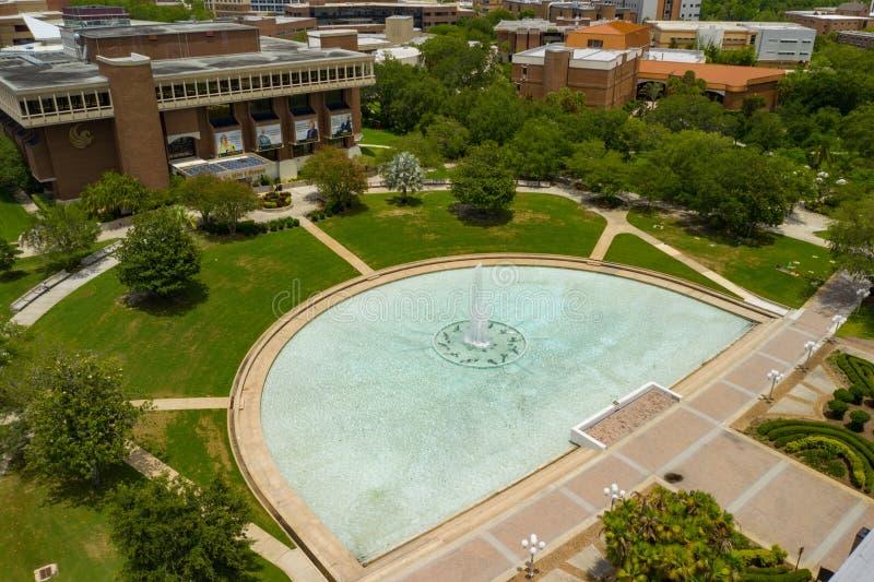 Universidad reflectora de la charca de la foto aérea central de la Florida UCF imagenes de archivo