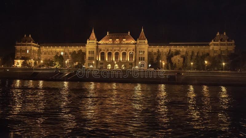 Universidad Tecnológica en la noche del río Danubio, Buda, Hungría fotos de archivo