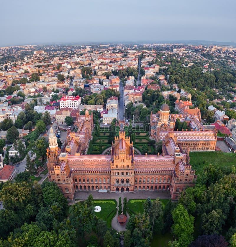 Universidad vieja del castillo en Chernivtsi Ucrania, opinión aérea del abejón fotografía de archivo