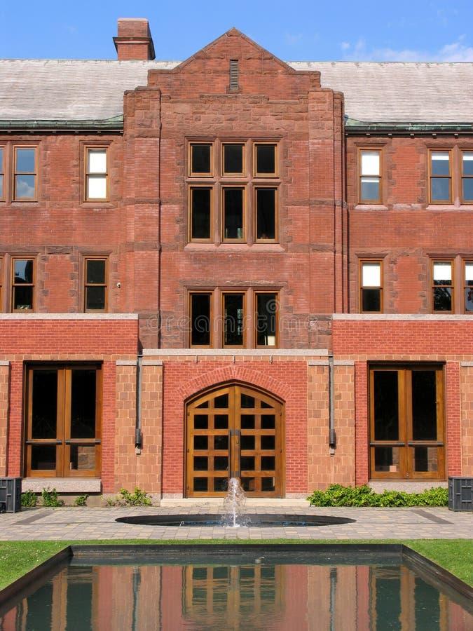 Universidad y jardín rosados del ladrillo foto de archivo