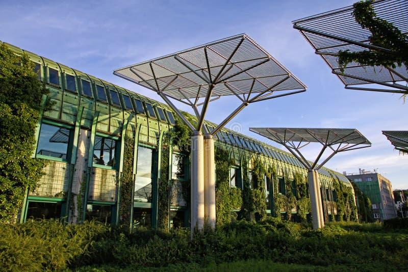 A universidade da biblioteca de Varsóvia com telhado bonito jardina, guerra fotos de stock royalty free