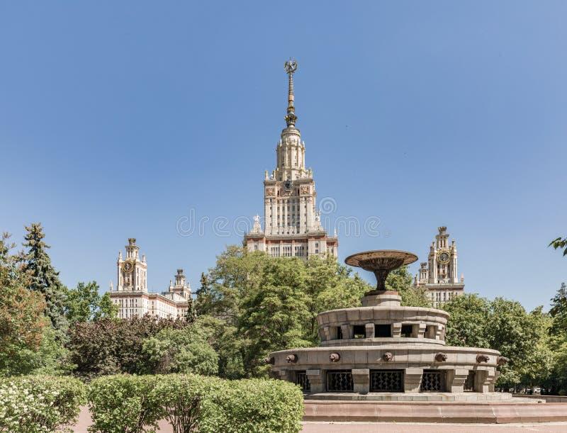 Universidade de estado de Moscovo nomeada ap?s M V Lomonosov Edif?cio principal de MSU O territ?rio da universidade de Moscou imagens de stock