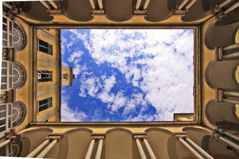 Universidade de Genoa italy, jarda e céu imagens de stock