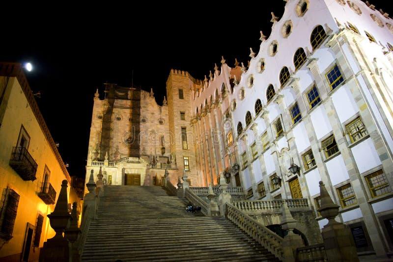 A universidade de Guanajuato pisa México na noite fotos de stock
