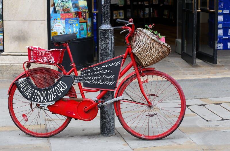 Universidade de Oxford do anúncio da bicicleta das caminhadas fotografia de stock