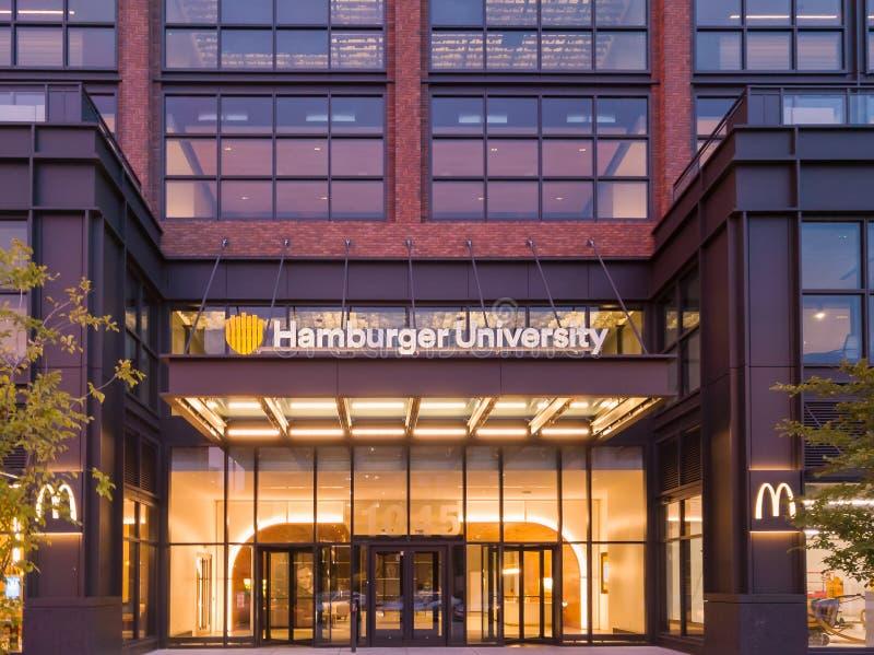 Universidade do Hamburger O ` s de McDonald sedia no laço ocidental, Chicago foto de stock