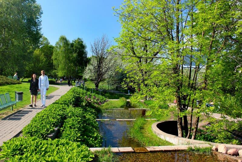 A universidade do jardim do telhado da biblioteca de Varsóvia em Varsóvia, Polônia fotografia de stock royalty free