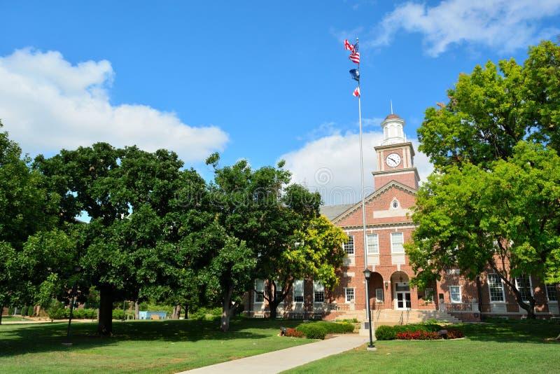 Universidade estadual de Wichita em Wichita, Kansas, Morrison Hall Clock Tower em Sunny Day imagens de stock royalty free