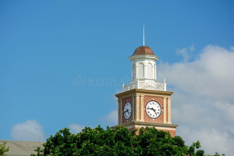 Universidade estadual de Wichita em Wichita, Kansas, Morrison Hall Clock Tower em Sunny Day fotografia de stock royalty free