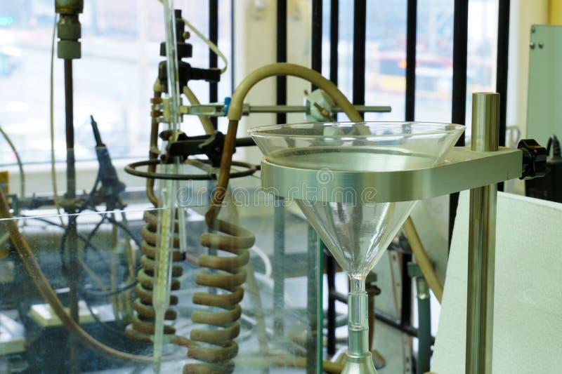 Universidade técnica Um fragmento de um laboratório químico enchido com os dispositivos foto de stock royalty free