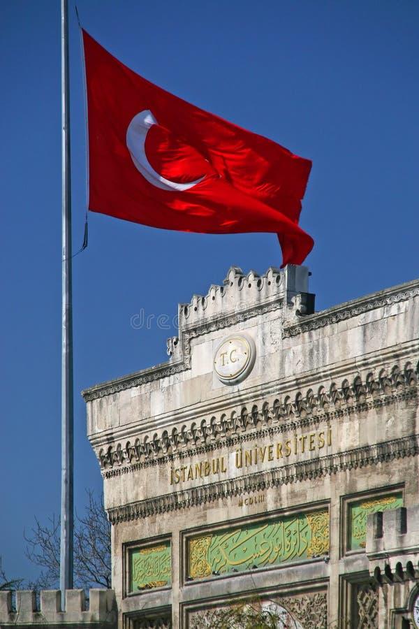 Universität und türkische Flagge in Istanbul stockfotos